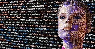 Photographie d'une femme devant un écran rempli de données informatiques pour illustrer la sécurité des données personnelles des voitures connectées